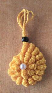 Ciondolo tessile conchiglie giallo in cotone realizzato ad uncinetto con punto molto decorativo