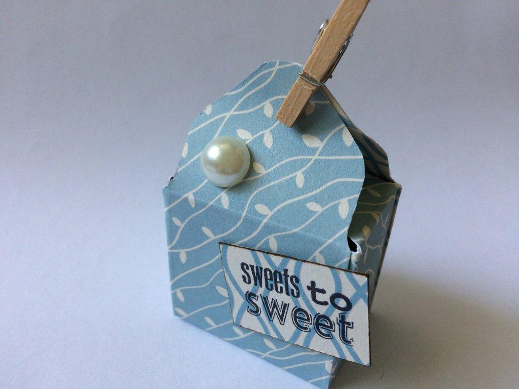 Scatolina segnaposto porta confetti bomboniera candeline azzurra