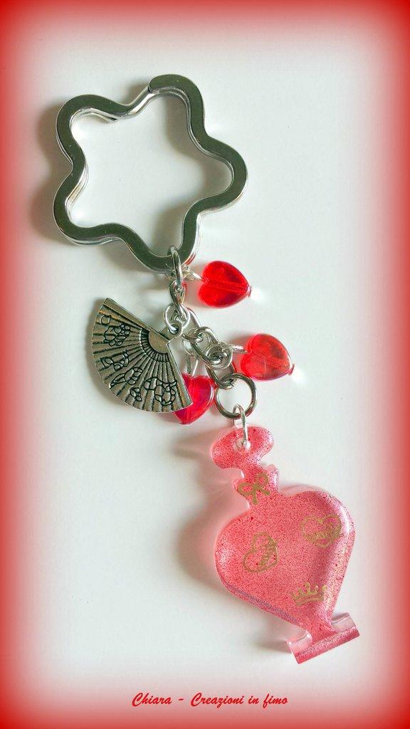 Portachiavi in resina handmade rosso trasparente con perline a cuoricino abbinate idee regalo donna