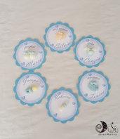 Card Art Battesimo bimbo etichetta segnaposto tonda smerlata celeste azzurra 6 cm soggetti bebè, piedini, scarpette, tutina, biberon, ciucciotto