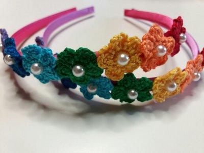 Cerchietti per capelli con fiorellini arcobaleno all'uncinetto con perlina centrale