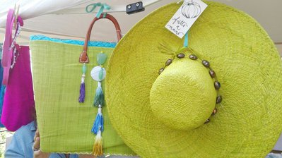 borsa colorata in paglia naturale e cappello