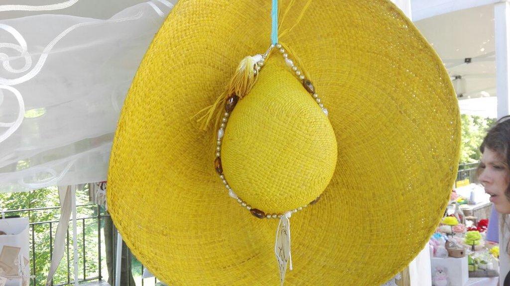 cappello giallo in paglia