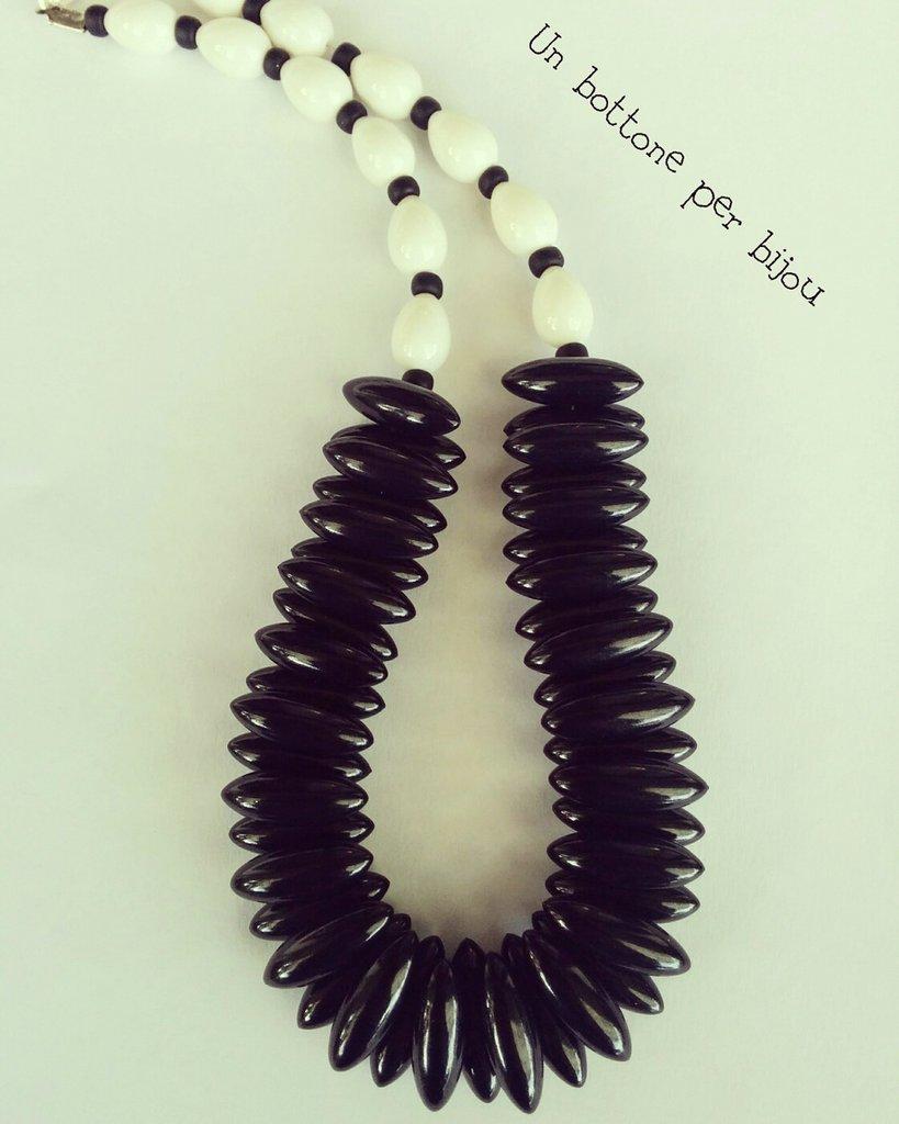 Collana con bottoni neri vintage +perle in pasta di vetro