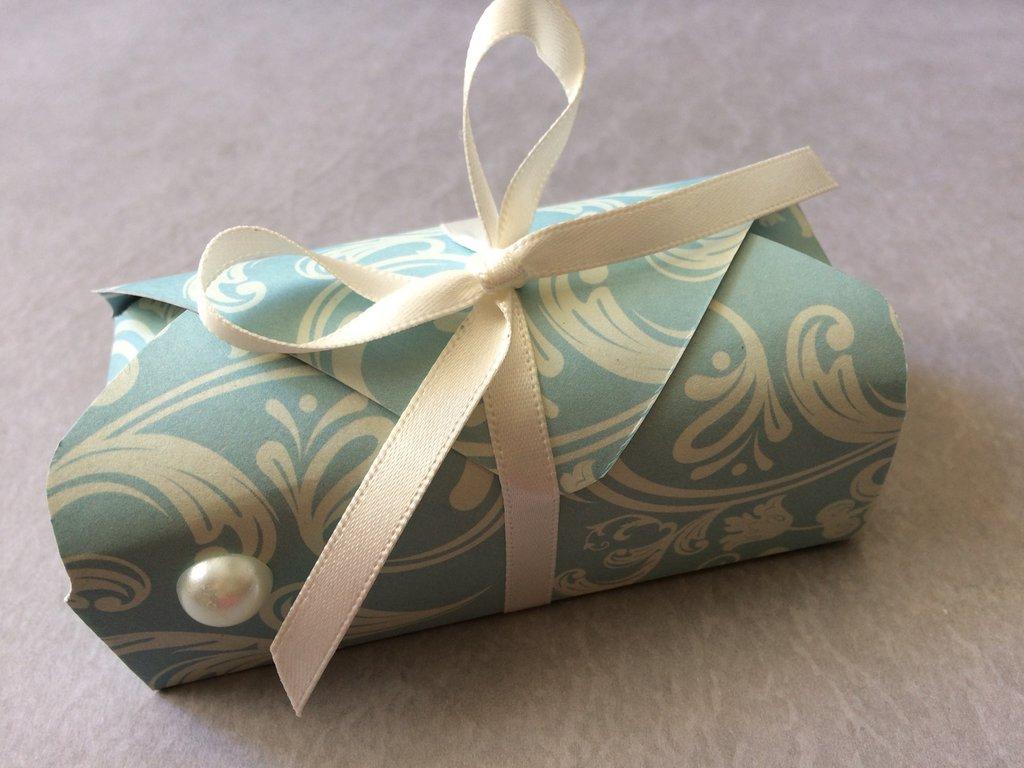 Scatola porta confetti azzurra con nastrino