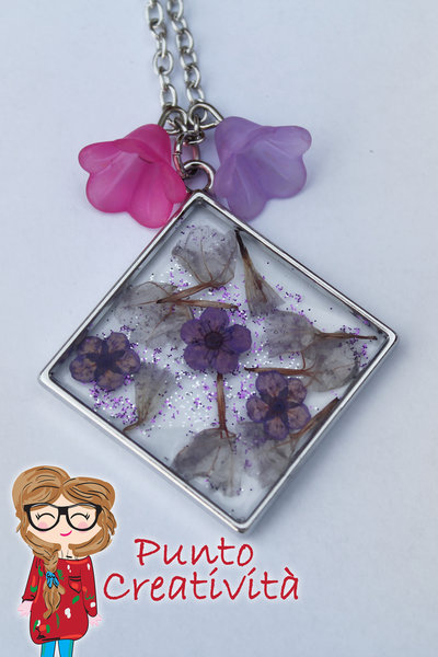 Collana rombo in resina con fiori
