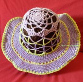 Cappello estivo a tesa larga viola e verde all'uncinetto