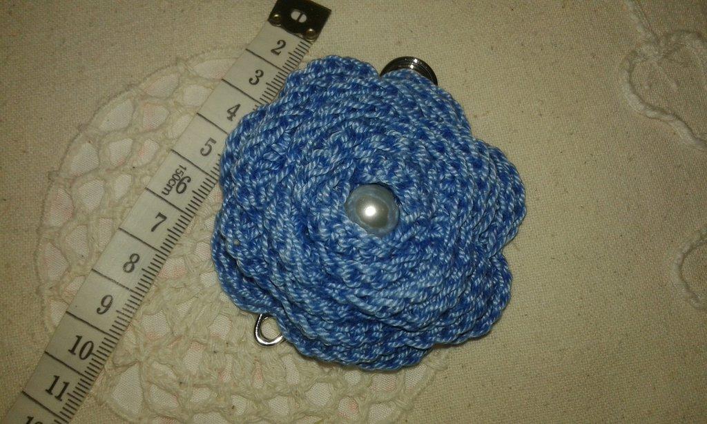 Spilla donna all'uncinetto colore azzuro-blu, accessorio per abbigliamento, borse e casa