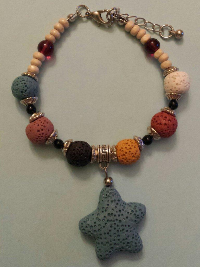 Bracciale con perle in pietra lavica e stella marina azzurra