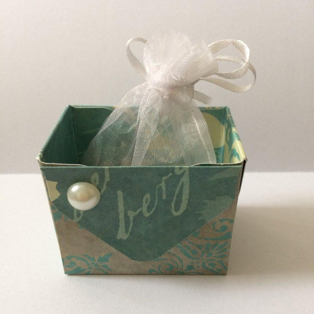 Scatolina porta confetti cestino azzurro confettata