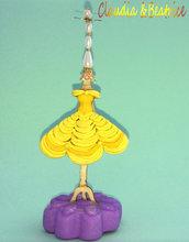 Sostegno porta-orecchini raffigurante il vestito di Belle de La Bella e la Bestia realizzato in paste polimeriche