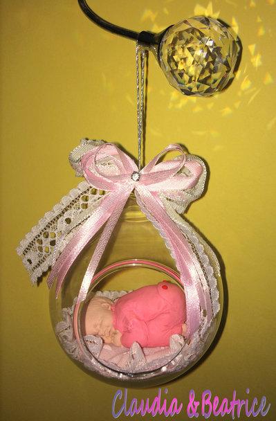 Sfera di vetro con neonata in fimo decorata con nastri in raso e merletto perfetta come bomboniera o come regalo