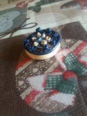 Calamita chic torta con rose blu in fimo