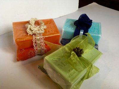 Tre saponi di Provenzacon cuscinetto di pregiato tessuto