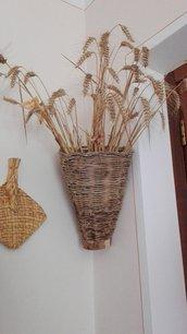 cesto intrecciato a mano di vitalbe e ulivo porta oggetti, frutta, funghi, grano.