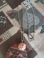Collana con piccola rosa cipria in fimo