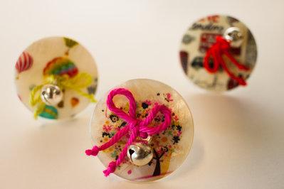 Anello con bottone, fiocco e campanellino