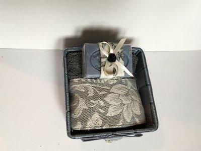 Cestino con lavette grigia e sapone di Provenza