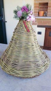 Campana intrecciata a mano di vitalbe e ferro con decorazione di fiori, pigna e nastri