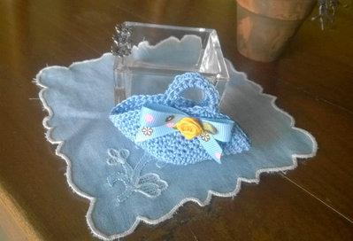 Mini BORSA uncinetto.Azzurra,arrotondata con rosa in seta e passamaneria.Bomboniera di nozze/nascita/comunione,personalizzabile.Decorazione .Confezione per gioiello.