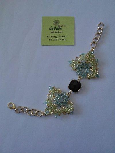 Bracciale in tessitura di perline di cristallo verde acido e verde acqua, centrale in vetro incastonato