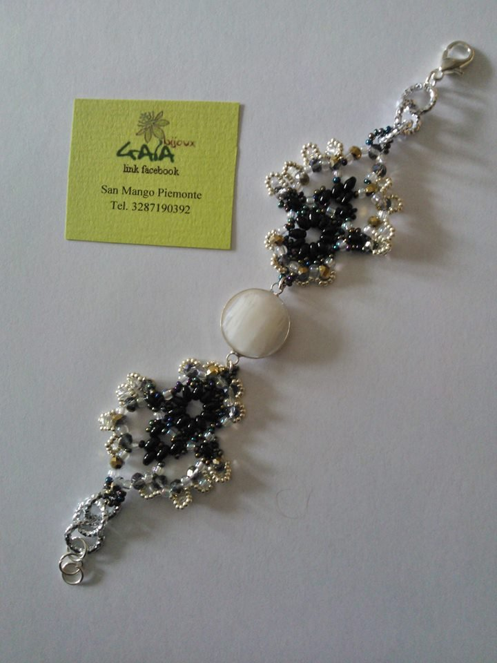 Bracciale nero e argentato in tessitura di perline con centrale castone bianco in vetro