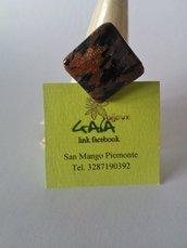 Anello con pietra romboidale marrone brillantinato e nero