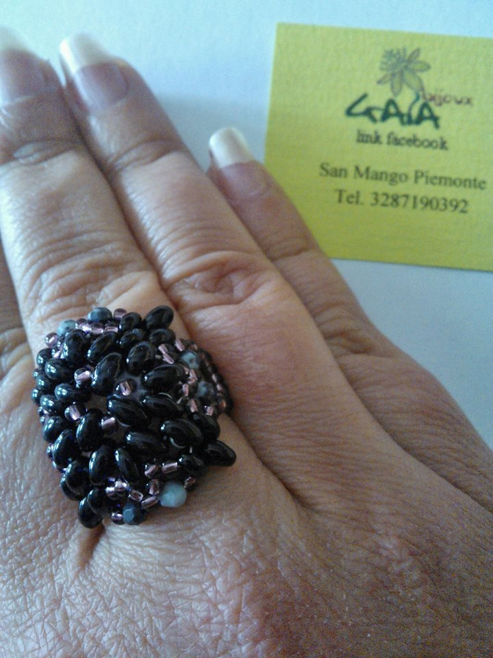 Anello in tessitura di perline di cristallo, viola e nero