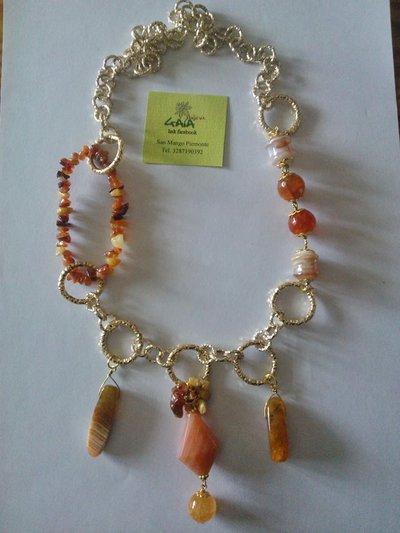 Collana con catena in alluminio dorato e pietre sui toni dell'arancio e del marrone chiaro
