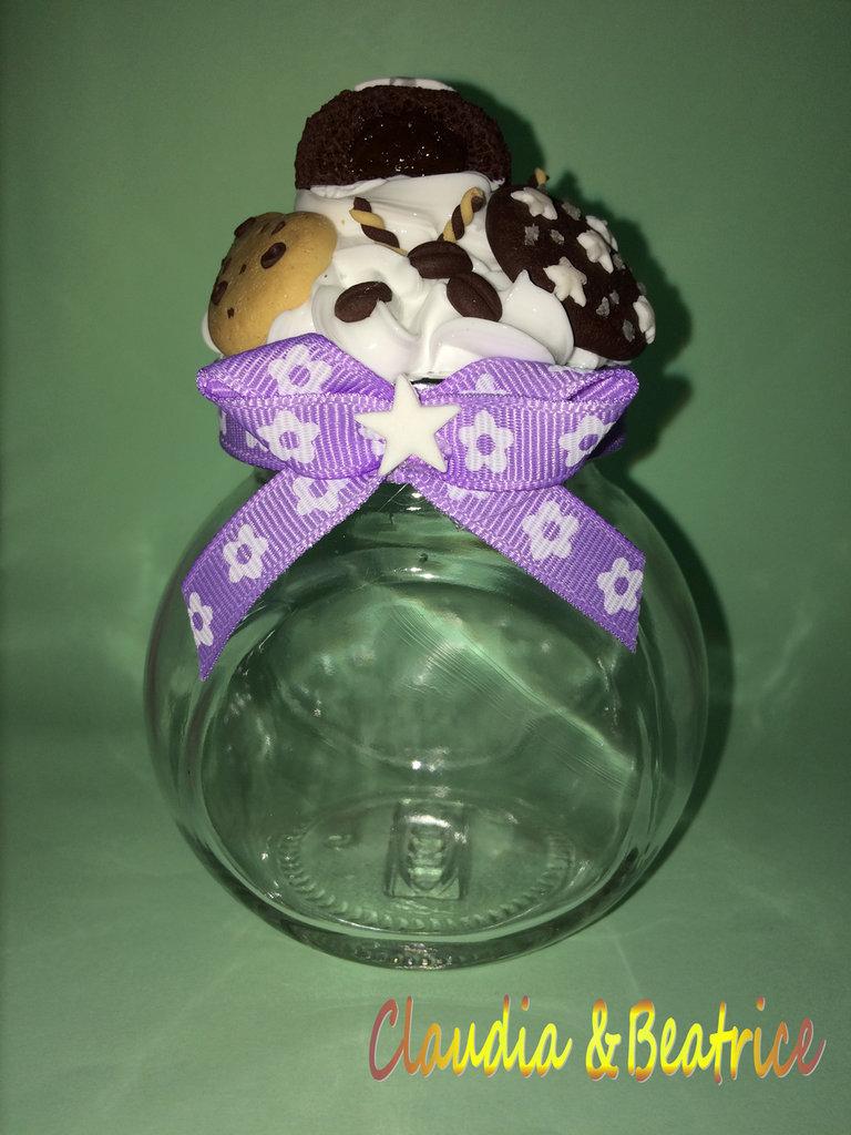 Barattolino porta-spezie decorato con biscotti in fimo e silicone effetto panna. Perfetto come bomboniera.