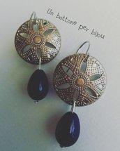 Orecchini con bottoni in metallo argentato traforato