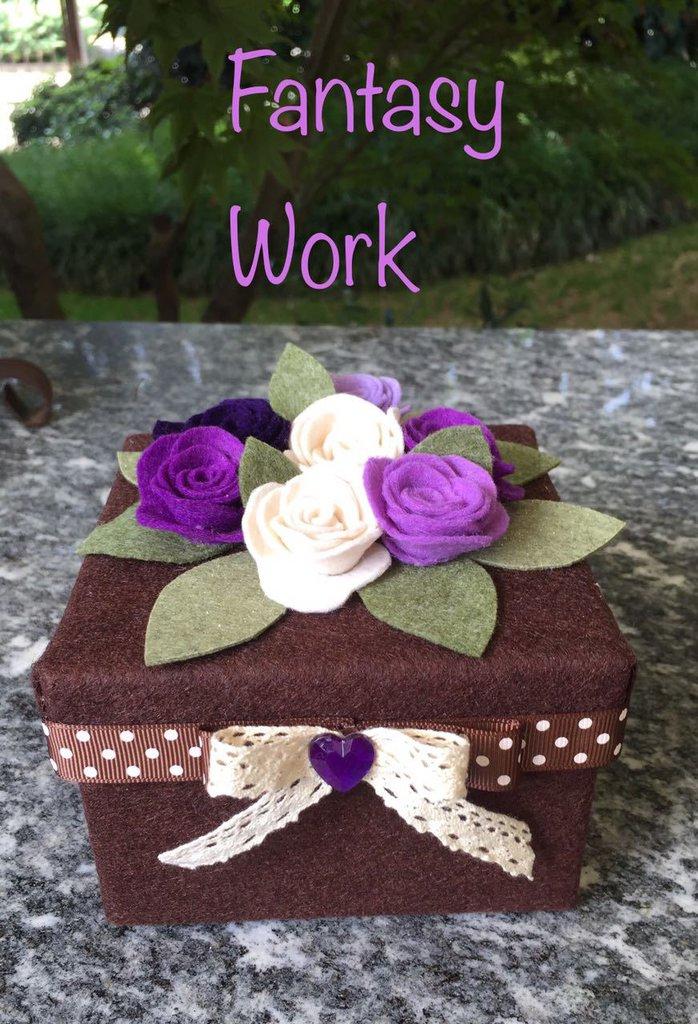 Scatola rivestita di feltro marrone con rose viola e lilla