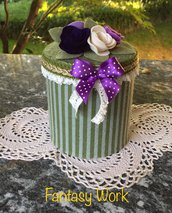 scatola di latta rivestita di feltro con rose di feltro