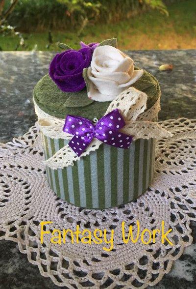 scatolina di cartone rivestita di feltro con tre rose di feltro viola e lilla