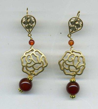Orecchini pendenti con rosa in zama (imitazione oro etrusco) e corniola