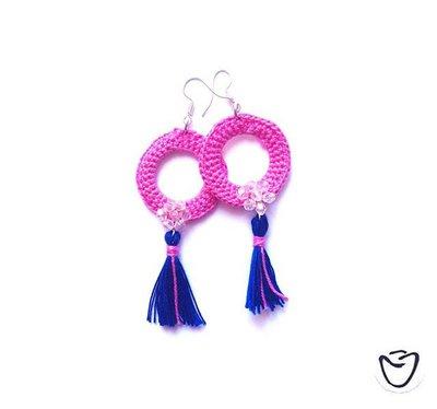 Orecchini ad uncinetto con cerchio rosa e nappina blu