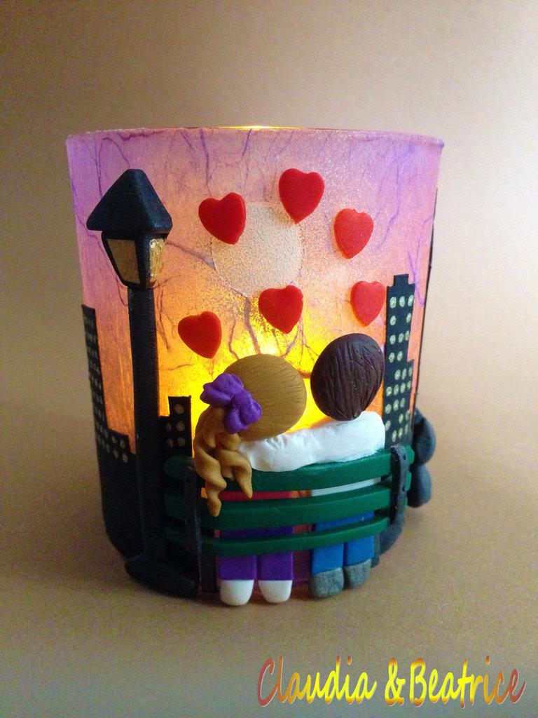 Lanterna bicchiere decorata in fimo con innamorati su panchina e skyline notturno di sfondo