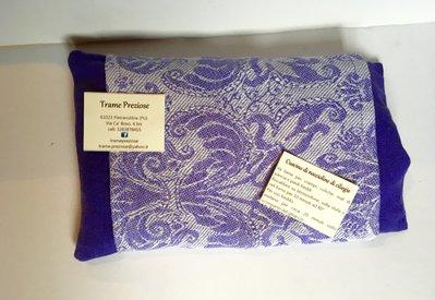 Elegante cuscino viola con noccioli di ciliegie