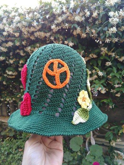 Cappellino ad uncinetto con applicazioni