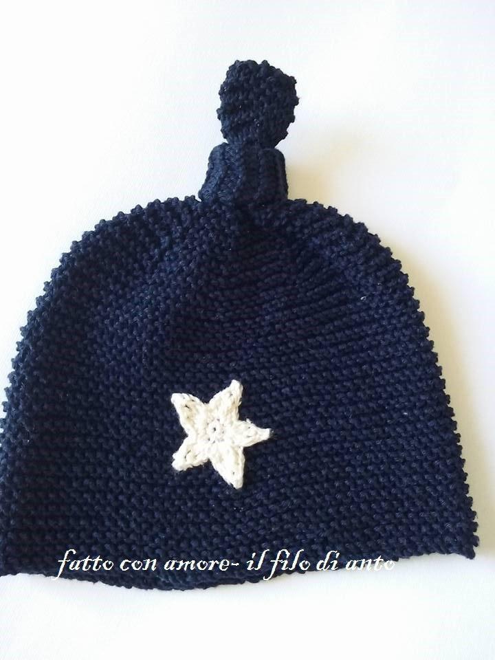 Cappello  bambino in blu marina fatto a maglia con stella realizzata a uncinetto