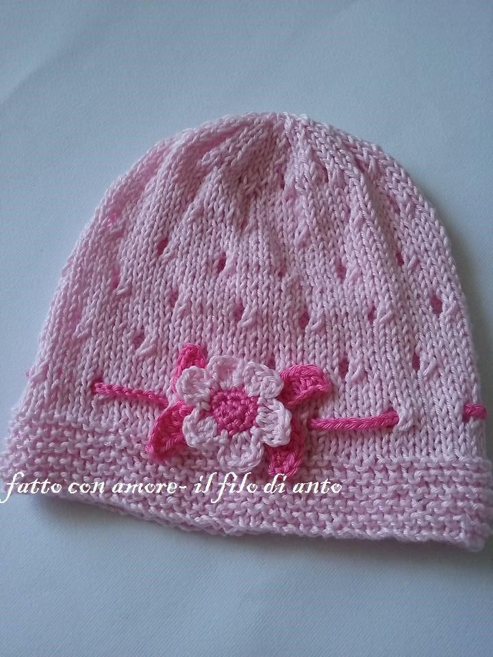 Cappello rosa con fiore e foglie realizzato a mano