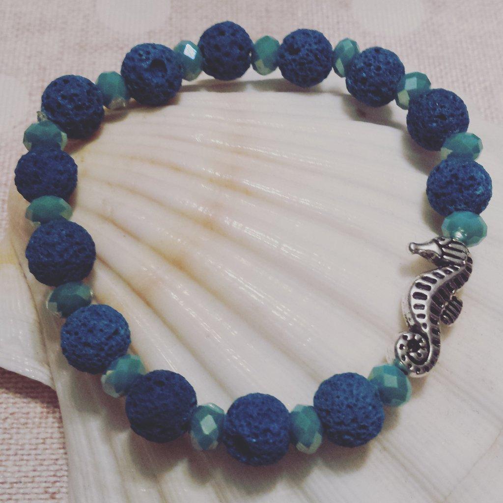 Bracciale pietra lavica blu e cristalli turchese con cavalluccio marino