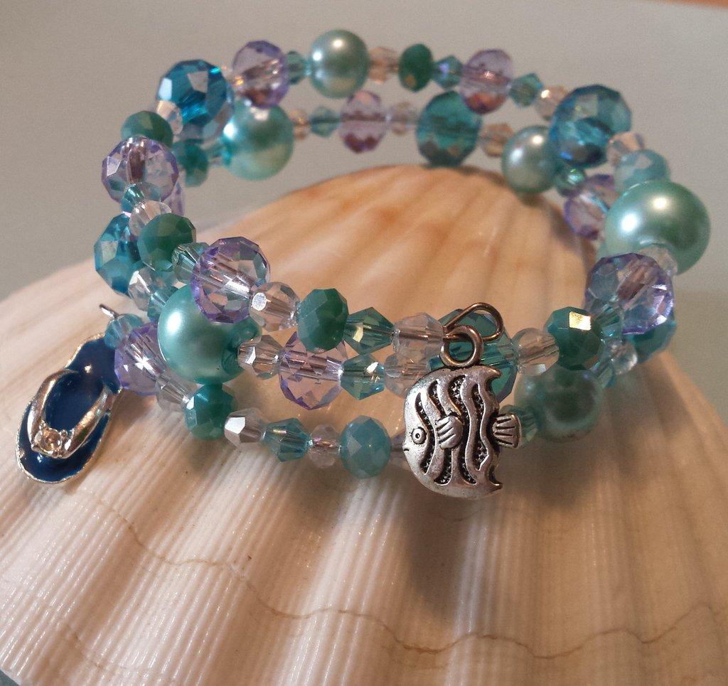 Bracciale memory wire con cristalli e perline nei toni dell'azzurro con charms infradito e pesciolino