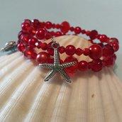 Bracciale con perline e cristalli nei toni del rosso con charms granchio e stella marina