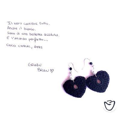 Orecchini ad uncinetto a cuore neri con perla bianca
