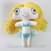 Bambola bionda in bikini
