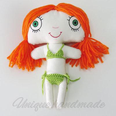 Bambola di stoffa in bikini