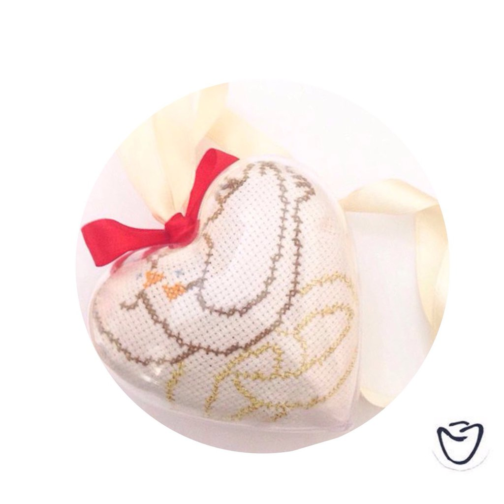 Pendente a forma di cuore in plastica ricamato a punto croce sposi matrimonio