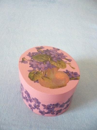 scatola rosa con fiori viola