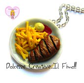 Collana piatto con patatine fritte, fetta di carne ketchup e maionese - miniature handmade